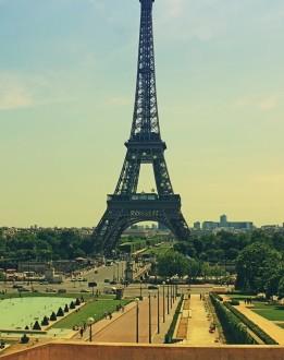 Eiffelova věž v Paříži láká turisty