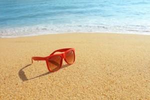 sluneční brýle na pláži