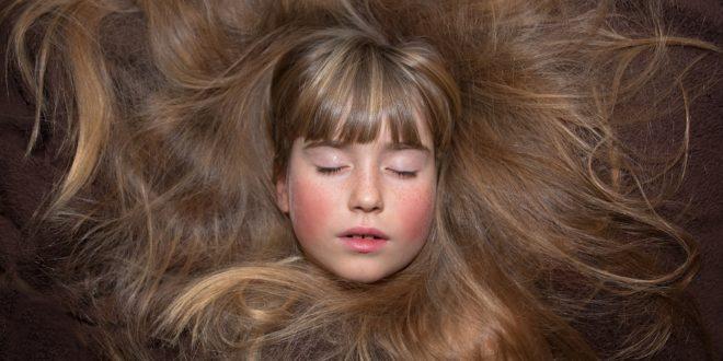 Mytí vlasů šamponem je jen první krok ke zdravým vlasům. Jaké jsou další kroky?