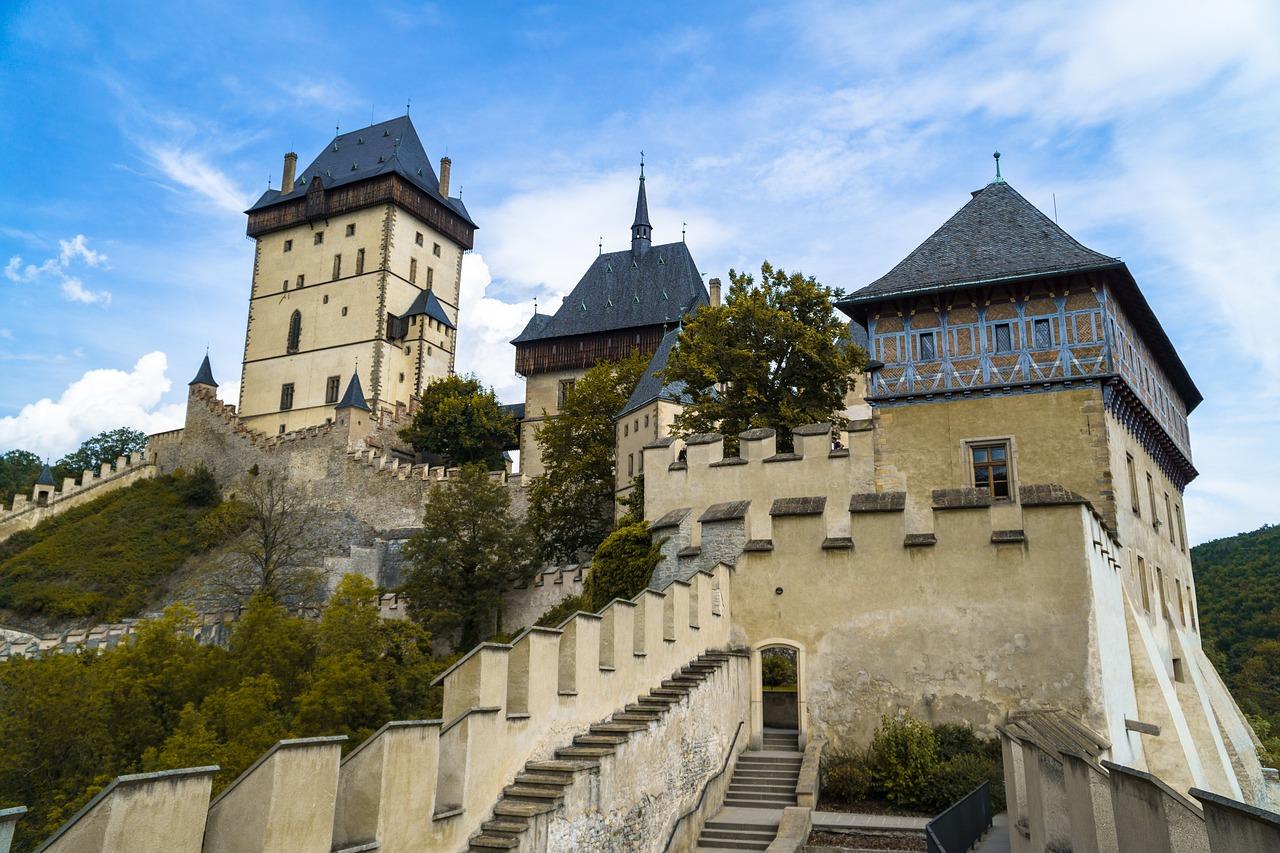 Hrad Karlštejn rozhodně stojí za návštěvu. Co nabízí?