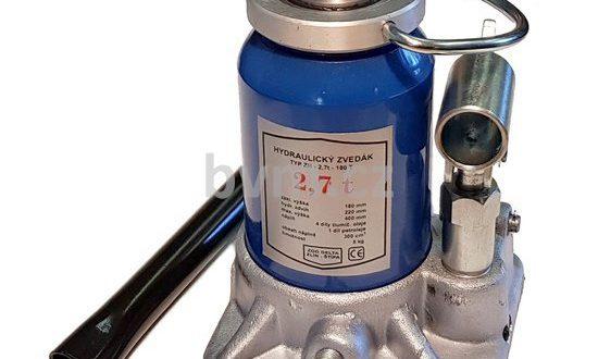 K opravě techniky potřebujete hydraulický zvedák a náhradní díly